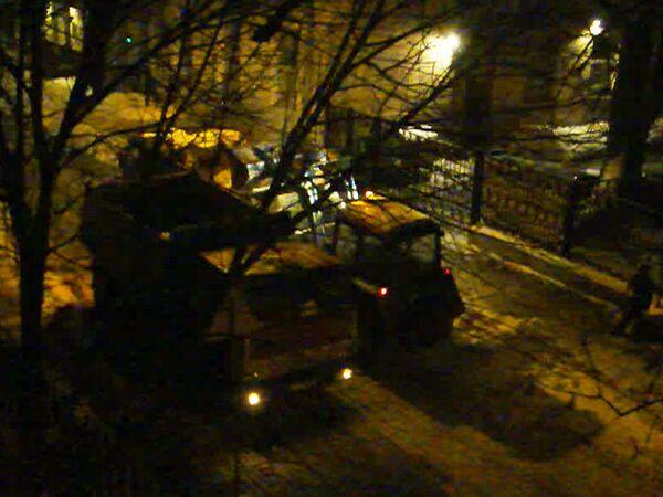 Снег из московских переулков спецтехника убирает по ночам