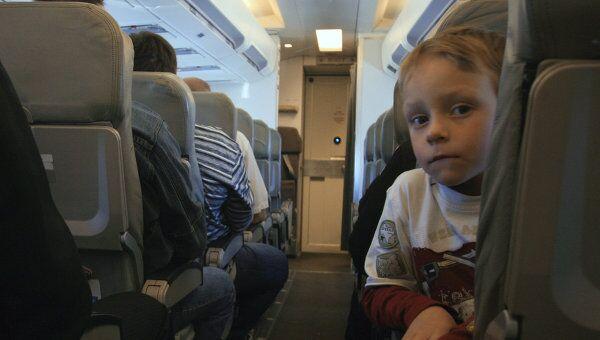 Ребенок в самолете. Архив