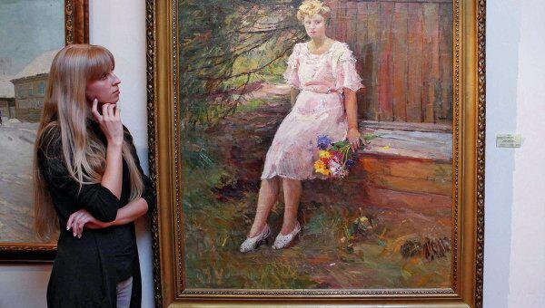 Посетительница у картины Д.А. Налбандяна Протрет жены в галерее Леонида Шишкина