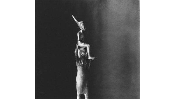 Тутанхамон на руках у богини