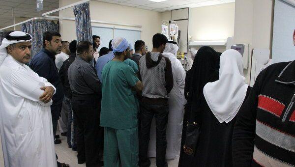 Родственники бахрейнца Абдульруда Бухмета у его койки в реанимационном отделении центральной больницы Манамы Аль-Сальмания