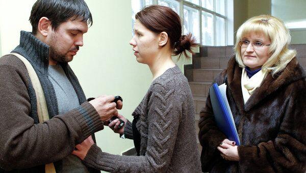 Задержанный по подозрению в грабеже сотрудник телеканала НТВ Павел Ермолов, его невеста Анастасия Кулагина и адвокат Ольга Михайлова (слева направо).
