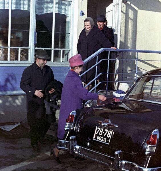 Юрий Алексеевич Гагарин с семьей в гостях у матери