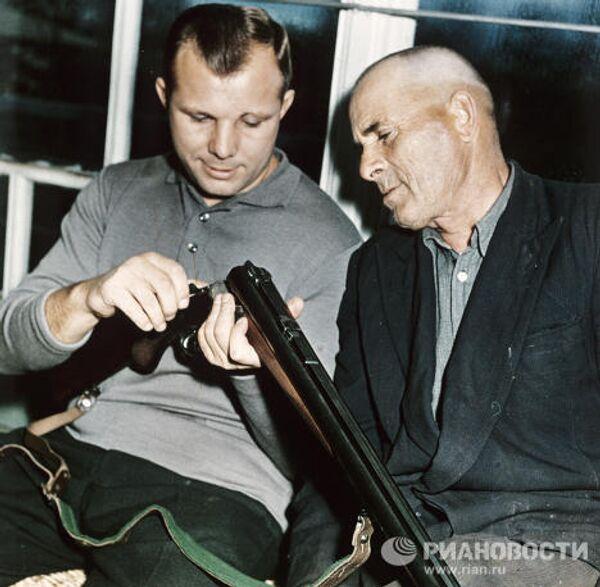 Юрий Гагарин с отцом