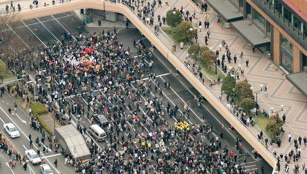 Люди эвакуируются на улицы после землетрясения в японском городе Сендай
