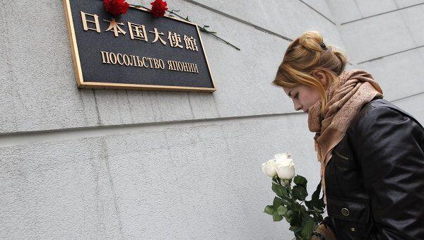 Цветы у посольства Японии в Москве