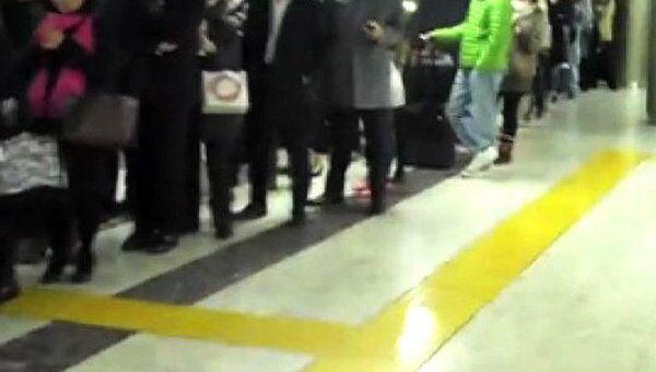 В Токио люди выстраиваются в огромные очереди, чтобы купить продукты