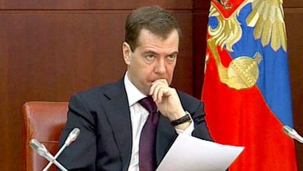 Медведев велел полпредам следить за исполнением поручений президента