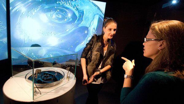 Посетители выставки номинантов VI конкурса Инновация рассматривают инсталляцию творческого обьединения Куда бегут собаки Поля 2, Кум.
