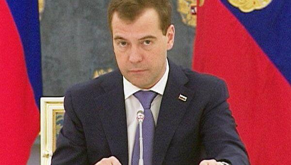 Медведев посоветовал авиастроителям вкалывать, а не деньги требовать