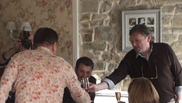 Виноделы Абрау показали, как открыть бутылку шампанского саблей