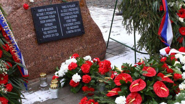 Цветы и свечи у мемориального камня на месте крушения польского Ту-154 под Смоленском
