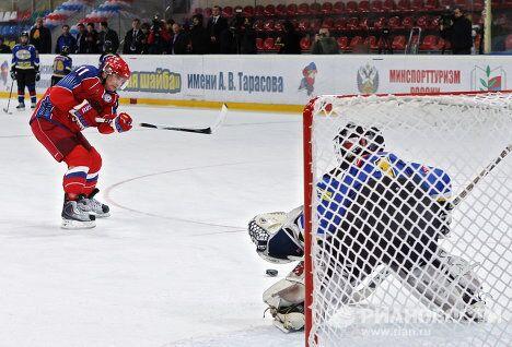 Премьер-министр РФ Владимир Путин принимает участие в тренировке юных хоккеистов перед финалом турнира Золотая шайба