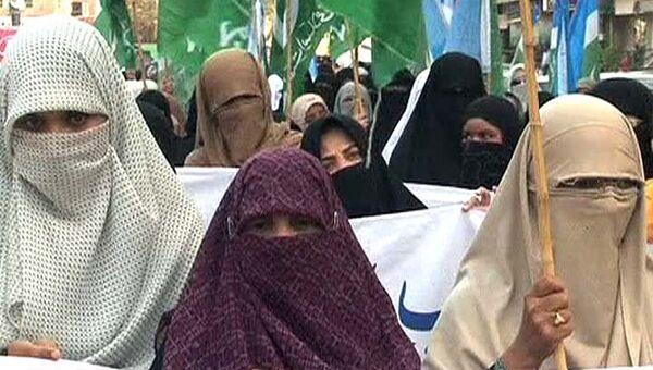 Пакистанки устроили митинг против французского закона о запрете паранджи