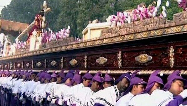 Жители Гватемалы пронесли по улицам статую Христа в гигантской ладье