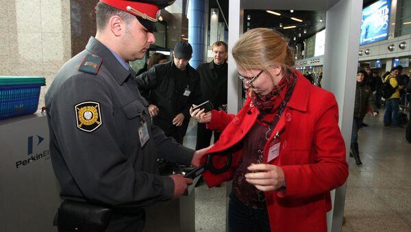 Досмотр пассажиров в ОАО Международный аэропорт Владивосток. Архивное фото
