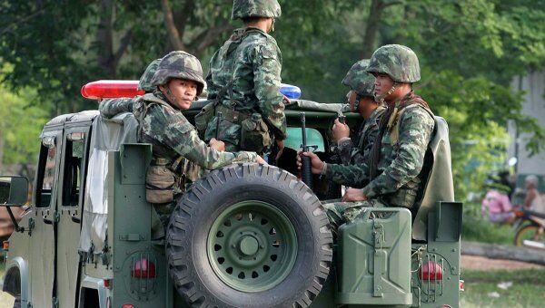 Военные Таиланада во временном лагере беженцев в 30 километрах от границы с Камбоджей