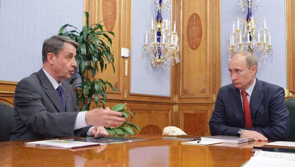 Председатель правительства России Владимир Путин и министр культуры РФ Александр Авдеев (справа налево). Архив