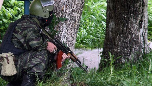 Сотрудники правоохранительных органов проводят спецоперацию по задержанию группы боевиков в Нальчике. Архивное фото