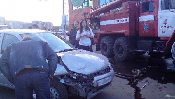 Внедорожник на автостоянке в Ярославле протаранил автомобили
