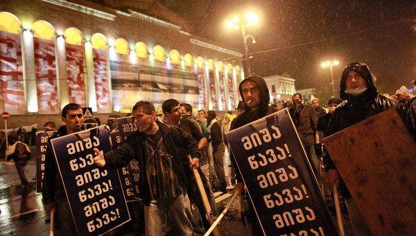 Участники акции протеста грузинской оппозиции во время беспорядков на проспекте Руставели в Тбилиси.