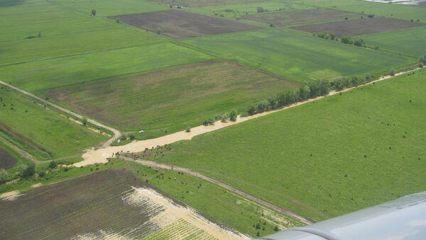 Сотрудники МЧС осматривают подтопленную территорию в Адыгее. Архивное фото
