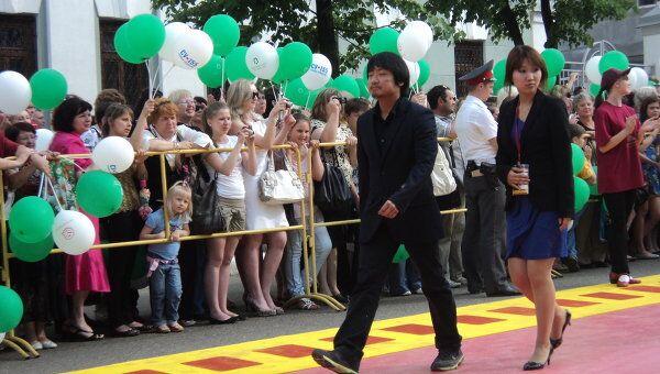 Обладатель Гран-при МКФ Зеркало режиссер из Южной Кореи Пак Чан Бум на красной дорожке перед церемонией открытия фестиваля