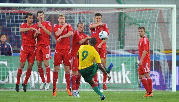 Игровой момент матча Камерун - Россия