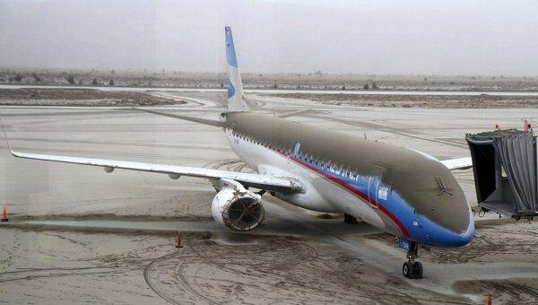 Самолет, покрытый пылью от вулкана Пуйеуэ, в аэропорту города Сан-Карлос-де-Барилоче, Аргентина. Архив