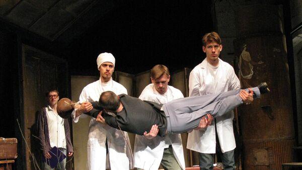 Сцена из спектакля Эпоха протеста (Легкий поцелуй) в театре Около дома Станиславского. Архивное фото