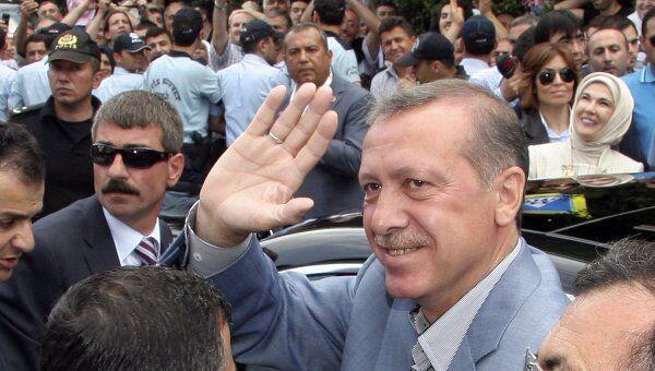 Премьер-министр Турции Тайип Эрдоган выходит из избирательного участка в Стамбуле. 12 июня 2011 года