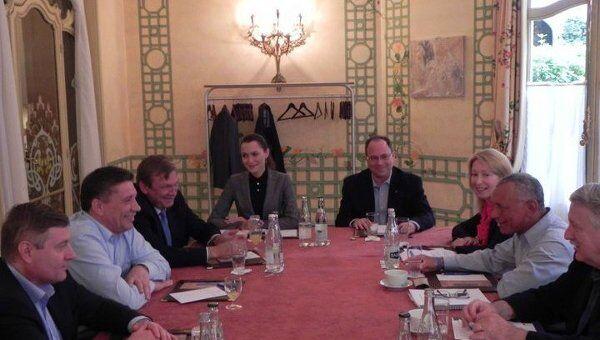 Первая встреча нового главы Роскосмоса Владимира Поповкина (второй слева) и главы НАСА Чарльза Болдена (Charles Bolden, второй справа). 19 июня 2011