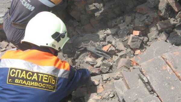 Спасатели разбирают завалы на месте обрушения стены во Владивостоке