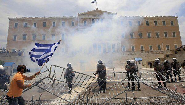 Массовые демонстрации против новых мер по сокращению расходов в Греции у здания парламента
