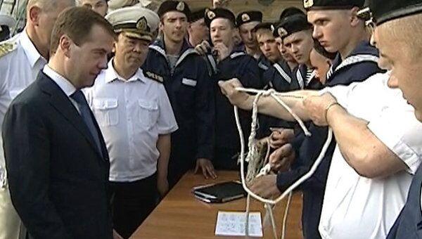 На фрегате Паллада Медведеву показали, как вязать морской узел