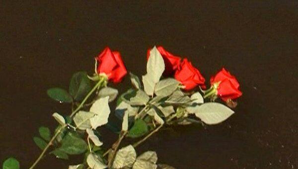 Жители Казани бросали в воду цветы в память о погибших на Булгарии