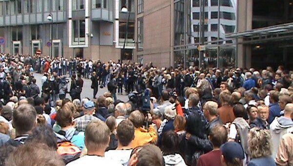 Толпа норвежцев оцепила здание суда, где впервые слушали дело Брейвика