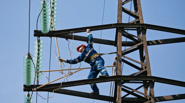 Монтажник проводит плановый ремонт на линии электропередач. Архивное фото
