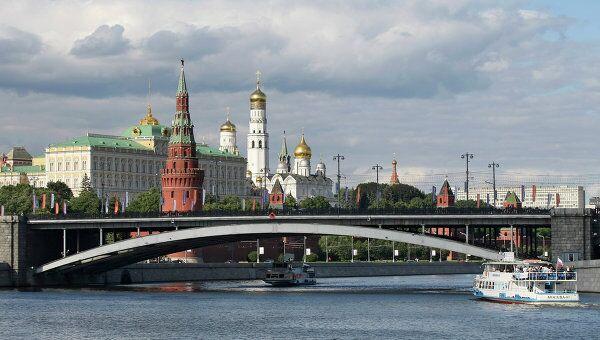 Вид на Большой Каменный мост и Московский Кремль. Архив