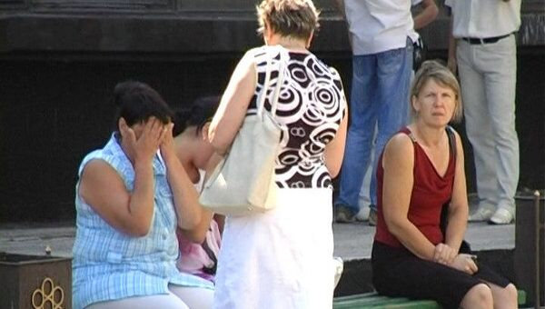 Родные горняков после взрыва дежурят у входа в шахту в Луганской области
