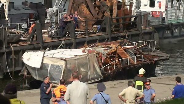 Подъём утонувшего катера на Москве реке