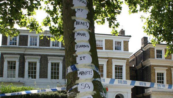 Цветы и рисунки у дома певицы Эми Уайнхаус в Лондоне