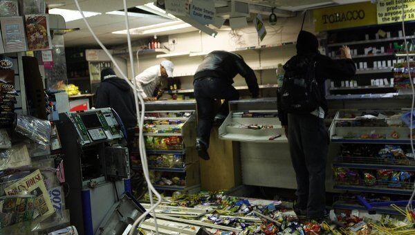 Мародеры грабят магазин в Лондоне