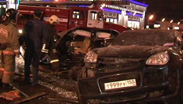 BMW врезался в остановку общественного транспорта. Видео с места ДТП