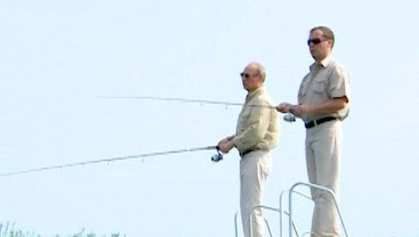 Медведев и Путин вместе порыбачили и нырнули в Волгу в гидрокостюмах