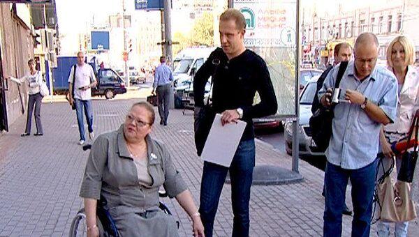Инвалиды-колясочники проверили качество укладки тротуарной плитки
