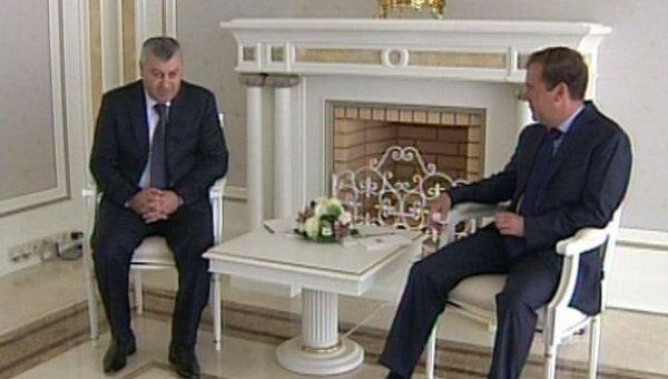 Кокойты поблагодарил Медведева за мужественные решения в августе 2008