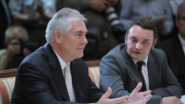 Президент, председатель Совета директоров компании ЭксонМобил Рекс Тиллерсон (слева). Архивное фото