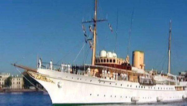 Яхту королевы Дании в Петербурге встретили с военным оркестром