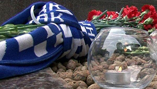 Свечи, цветы и шарфы в память о погибших хоккеистах у посольства Чехии
